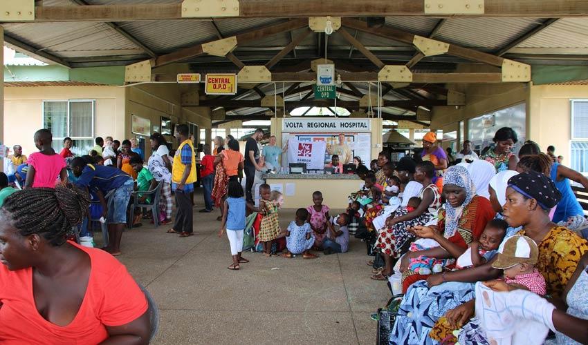 """מטופלים ממתינים בבית החולים המאולתר בעיירה הו בגאנה (צילום: דוברות הקריה הרפואית רמב""""ם)"""
