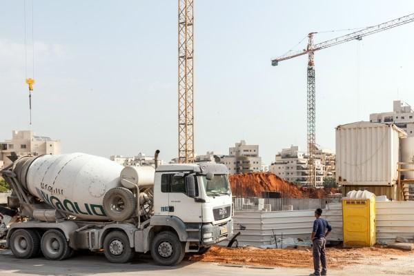 מערבל בטון ליד אתר בנייה (צילום: אייל טואג)