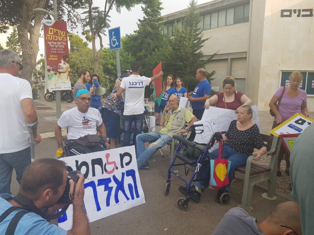 הפגנה מול בית יד לבנים (צילום: שני מועלם)