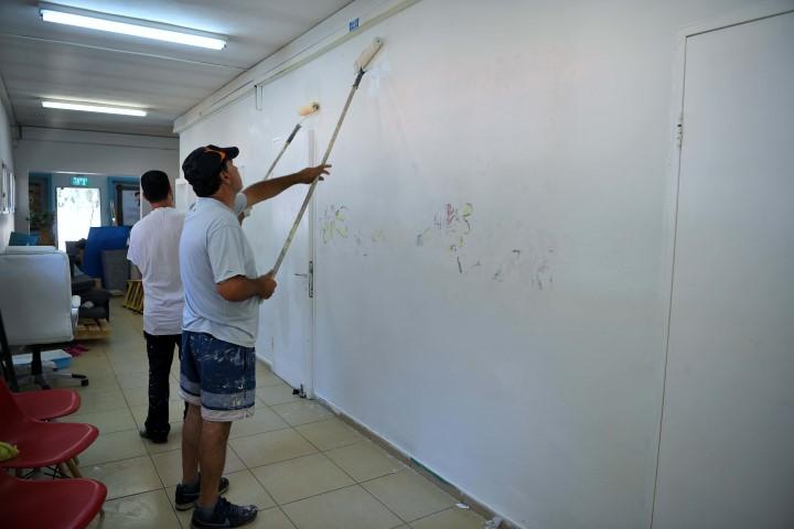 צביעת בית הספר מגינים (צילום: ראובן כהן)