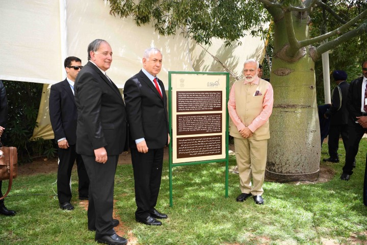 ראש ממשלת הודו נרנדרה מודי, ראש ממשלת ישראל בנימין נתניהו וראש העיר חיפה ליד השלט לזכר החיילים ההודים (צילום: ראובן כהן)
