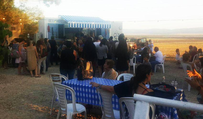 תחנת קפה בכפר יהושע. מקום מפגש קבוע של ספורטאים וחובבי קפה (צילום: לני הלוי)
