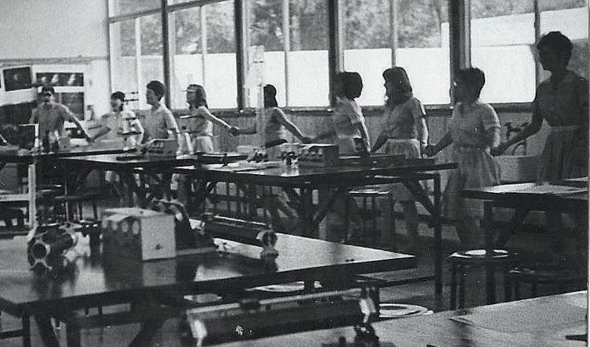 """תלמידי מחזור מ""""ח של הריאלי חוגגים את תוצאות מלחמת ששת הימים במעבדת בית הספר"""
