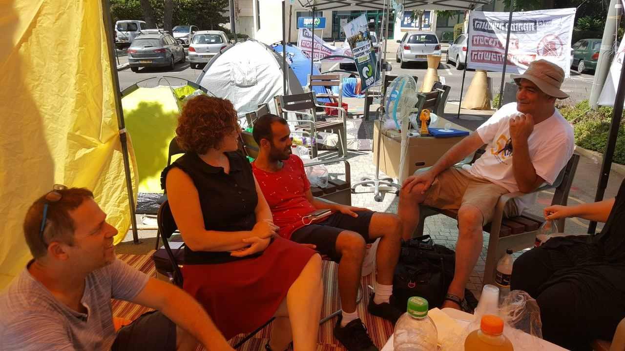 """ח""""כ יעל כהן-פארן באוהל המחאה (צילום: רוית שטוסל)"""