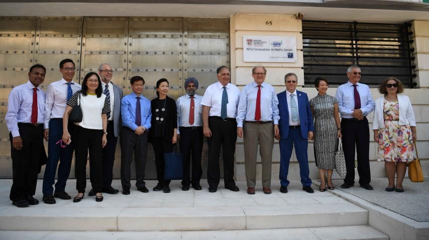 נציגי אוניברסיטת נניאנג בטקס הסרת הלוט (צילום: ראובן כהן)