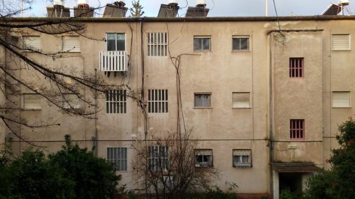 בניין המועמד לפינוי-בינוי ברחוב ברל כצנלסון (צילום: רמי שלוש)