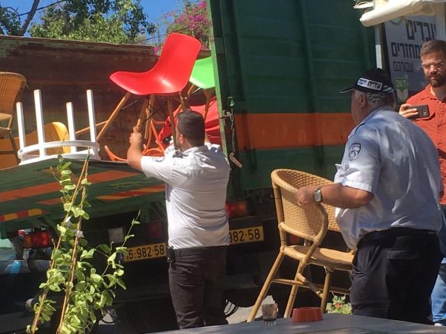 פקחי העירייה מחרימים את הציוד בהיינה קיוסקפה בכרמל הצרפתי