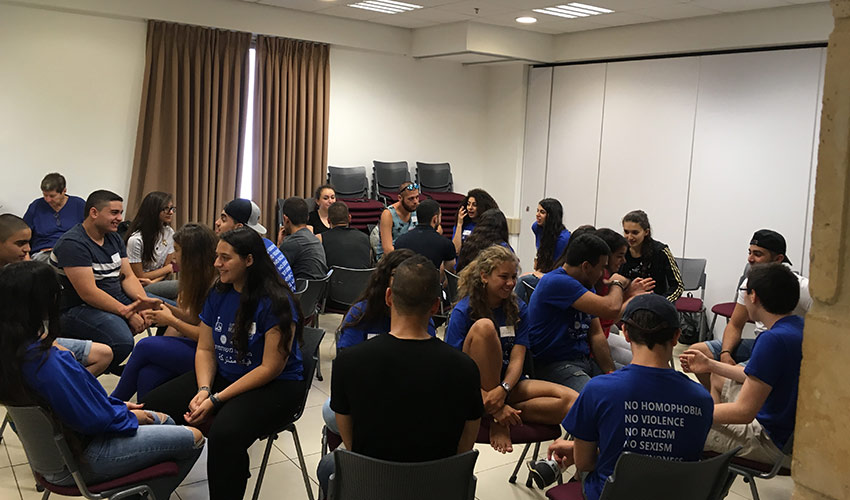 """המפגש בין תלמידי ליאו באק לתלמידים מטמרה (צילום: מתנ""""ס ליאו באק)"""