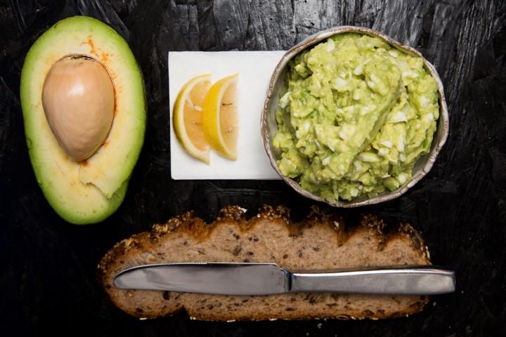 אבוקדו ולחם (צילום: תומר אפלבאום)