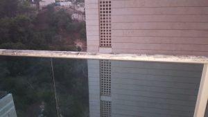 תביעות האצבעות על מעקה הרחבה בבניין ברחוב תאנה בנשר