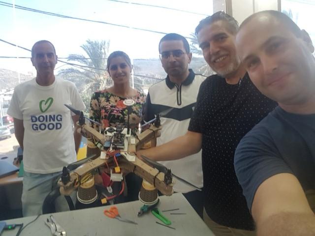 קבוצת המורים עם הרחפן שבנתה במונה