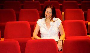 """מנחת הסדרה הבמאית אורי אגוז (צילום: יח""""צ יריב כץ)"""