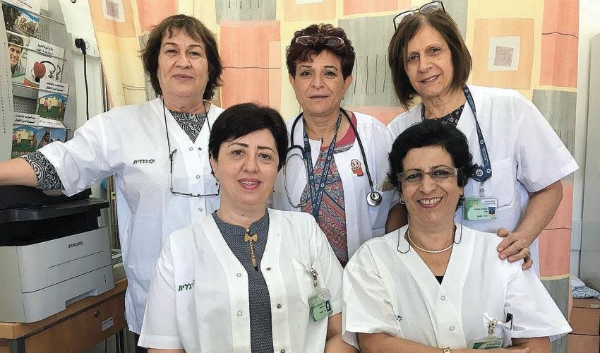 """ד""""ר טטיאנה גדבאן (משמאל למטה) וצוות המרפאה (צילום: דוברות שירותי בריאות כללית)"""