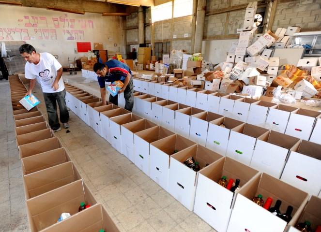 אריזת חבילות מזון לחג (צילום ארכיון: דוברות עיריית חיפה)
