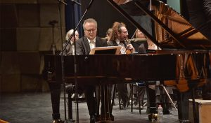הפסנתרן פרופ' תומר לב בקוצרט הפתיחה של הסימפונית (צילום: יואב איתיאל)