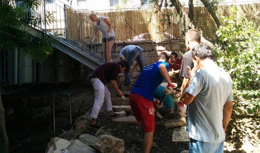 טיפוח גינה במסגרת פעילות של קהילת נהדר בהדר (צילום: עופרי ניסני)