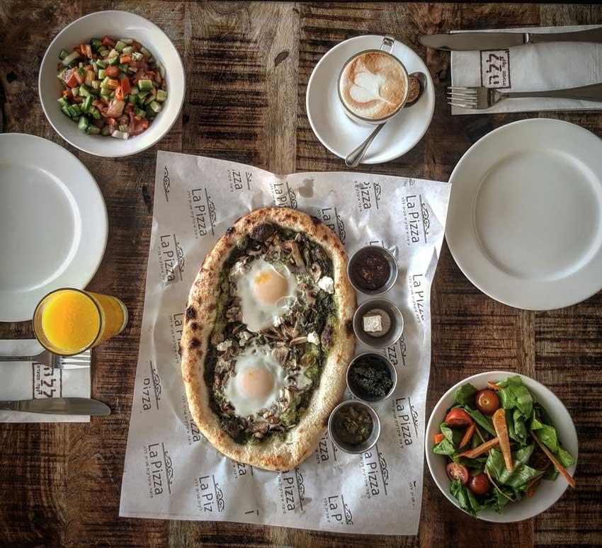 ארוחת פיצה בוקר במסעדת ללה. שילוב של פיצה וארוחת בוקר (צילום: אגמדיה)