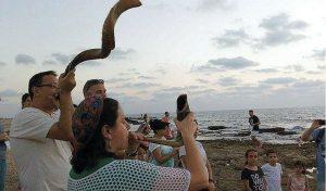 אנשי קהילת אהל אברהם בטקס תשליך בחוף הים (צילום: קהילת אהל אברהם)