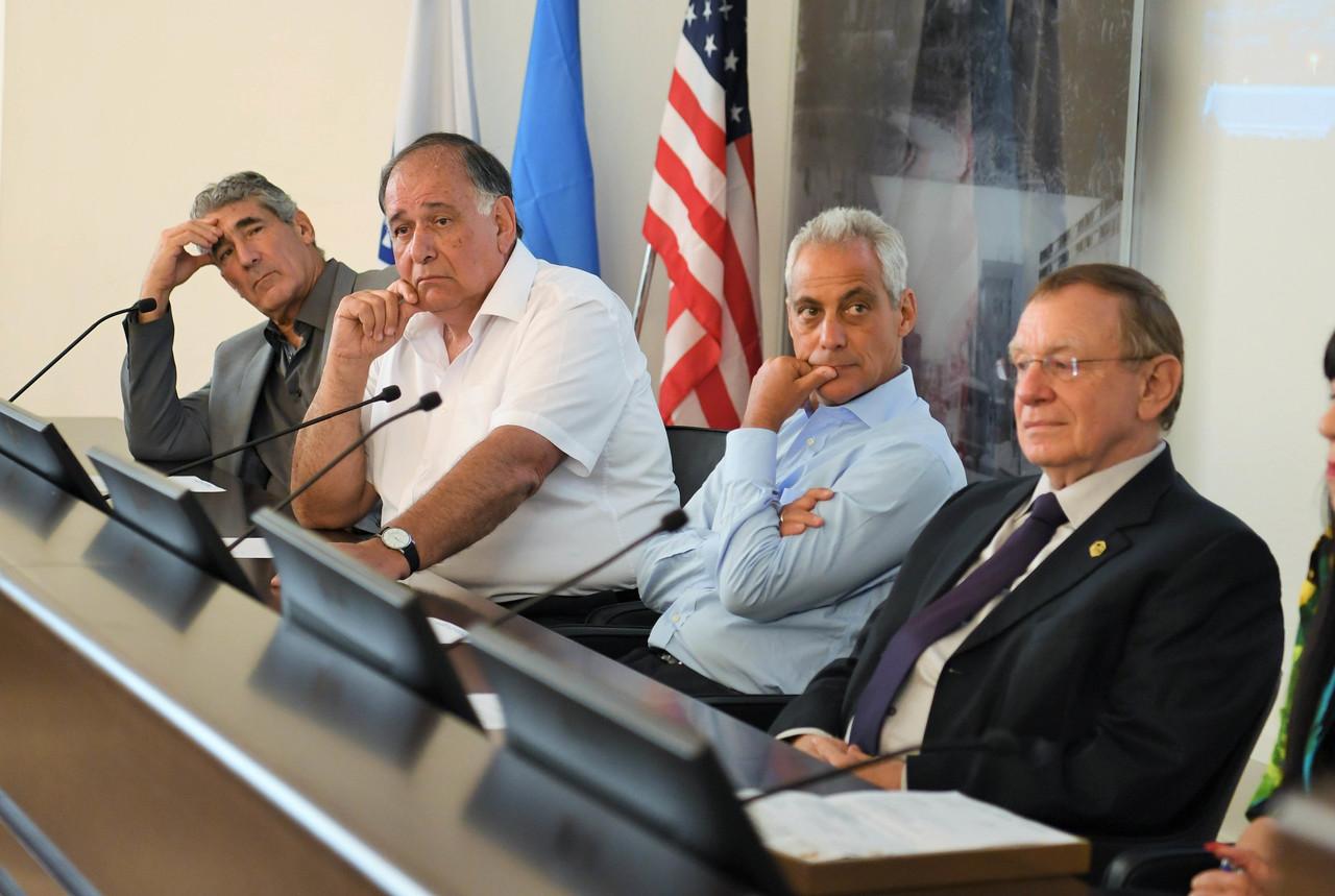 רם עמנואל (שני מימין) בפגישה עם ראש העיר יונה יהב (צילום: ראובן כהן)