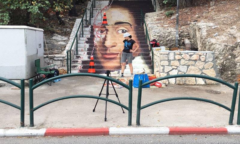 דיוקנו של ברוך שפינוזה על המדרגות (צילום: ולנטין בלוקוננקו)