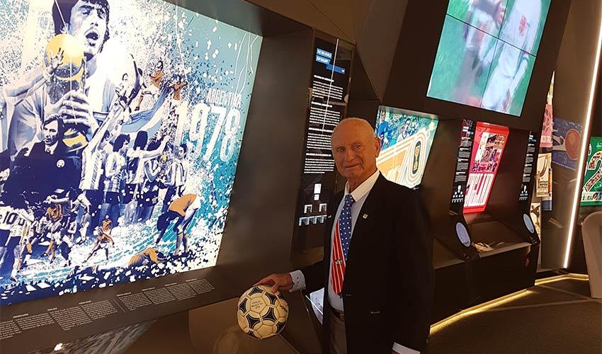 """אברהם קליין במוזיאון פיפ""""א בציריך. הטופ של הכדורגל העולמי (צילום: אור בריל)"""