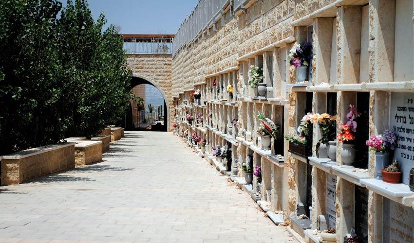 קבורה בכוכים בבית העלמין תל רגב (צילום: חגי פריד)