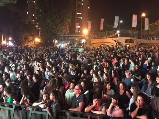 הצופים בהופעה של בלקן ביט בוקס בגן האם, אתמול בערב (צילום: דוברות עיריית חיפה)