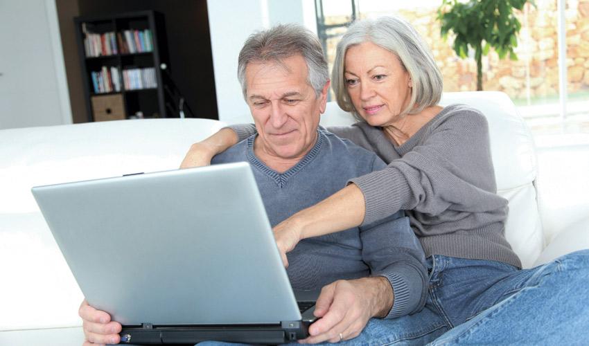 גמלאים גולשים באינטרנט (צילום: א.ס.א.פ קריאייטיב/INGIMAGE)