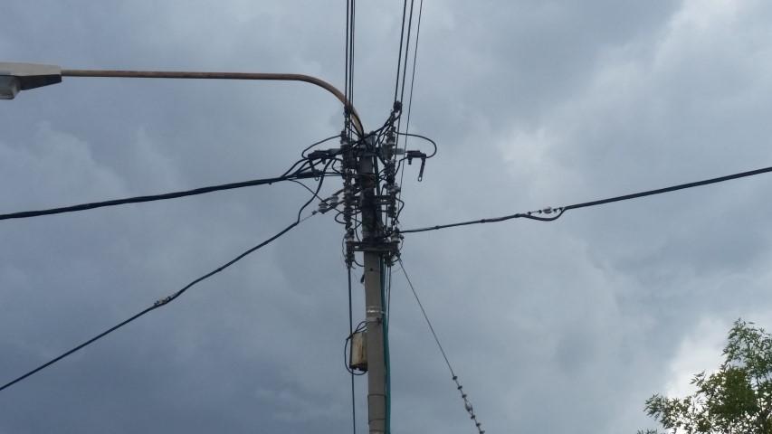 עמוד חשמל בגשם (צילום: שי אילן)