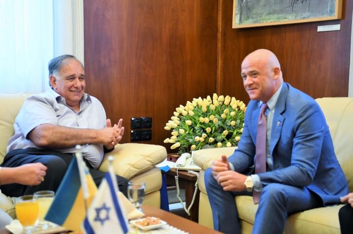 ראש העיר אודסה גנאדי טורקנוב עם יונה יהב (צילום: ראובן כהן)