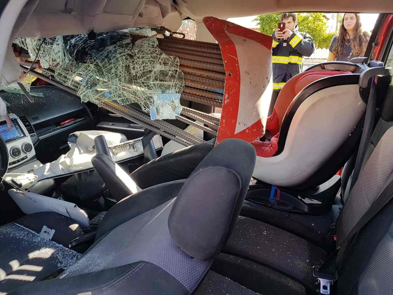 """הרכב הפרטי לאחר התאונה עם המשאית (צילום: תעוד מבצעי מד""""א)"""
