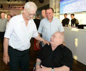 הרדי (יושב) עם אהרון אמר במסיבת יום ההולדת 80 שערכו לו חבריו. (צילום: ג'ו הירש)