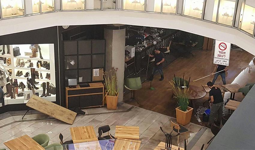 הכבאים בסניף קפה קפה בגרנד קניון בחיפה