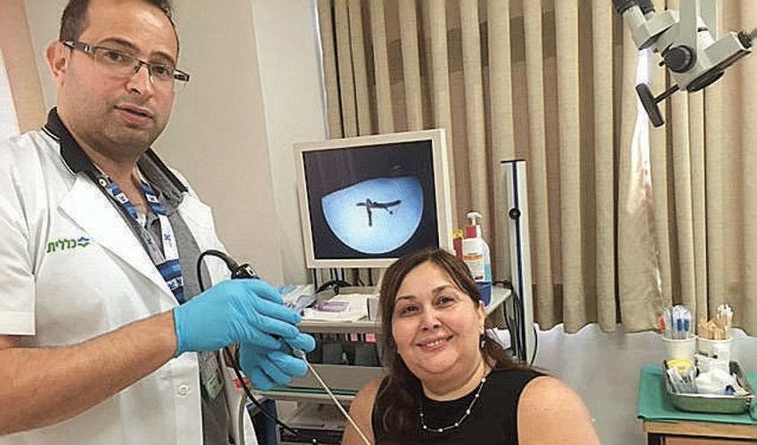 """ד""""ר ג'ואד חלאילה ורחל שטרן עם הענף הקוצני (צילום: דוברות שירותי בריאות כללית)"""