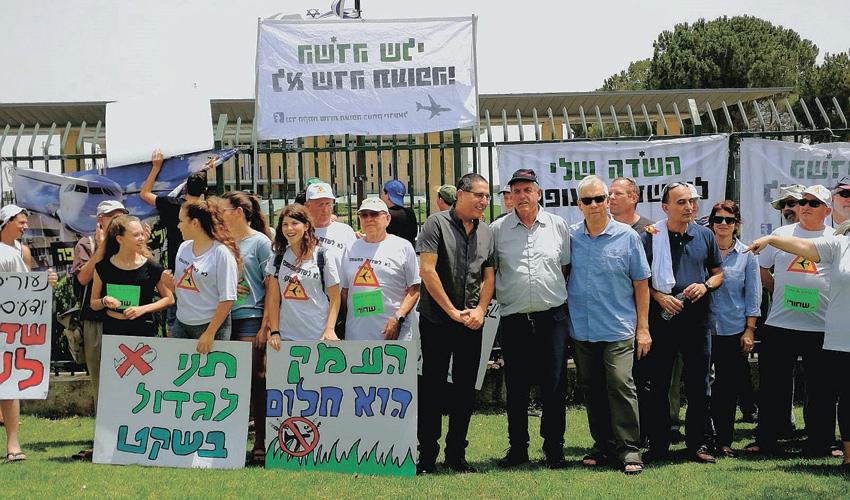 הפגנת ראשי הרשויות בעמק והתושבים נגד הקמת שדה התעופה ברמת דוד (צילום: דוברות המועצה האזורית מגידו)