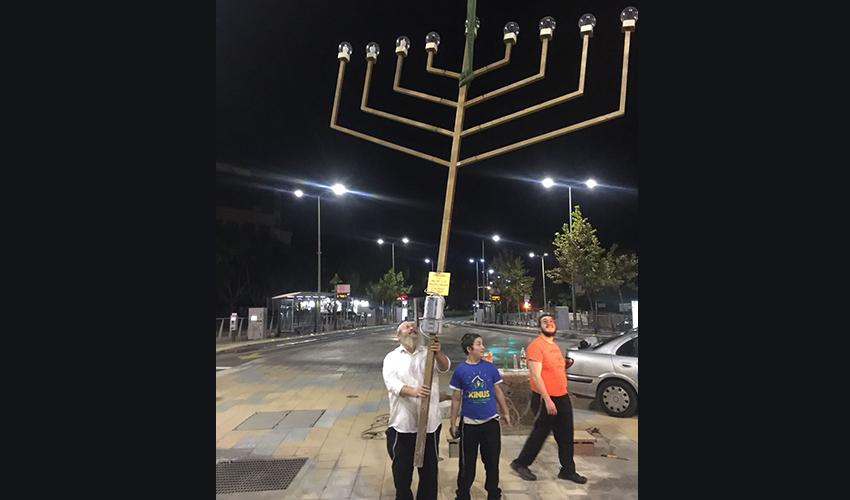 """פעילי חב""""ד בחיפה מציבים חנוכייה"""