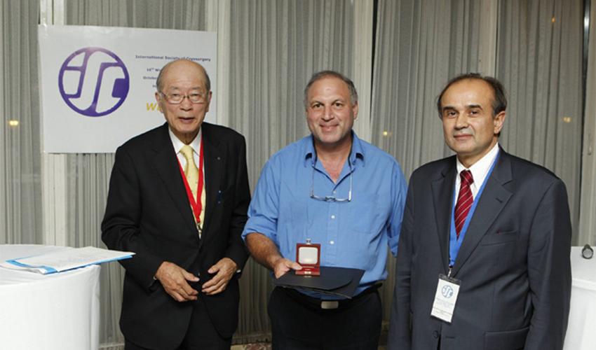 פרופ' ירון הר-שי עם מדליית זהב בפלסטיקה (צילום: אלי דדון)
