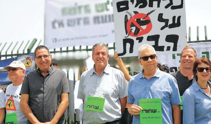 ראשי רשויות מקומיות בעמק בהפגנה נגד שדה התעופה (צילום: דוברות המועצה האזורית עמק יזרעאל)