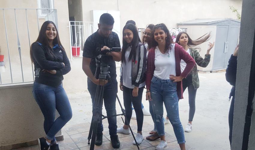 תלמידי אלמותנבי בזמן עריכת הסרטון (צילום: בית הספר אלמותנבי)