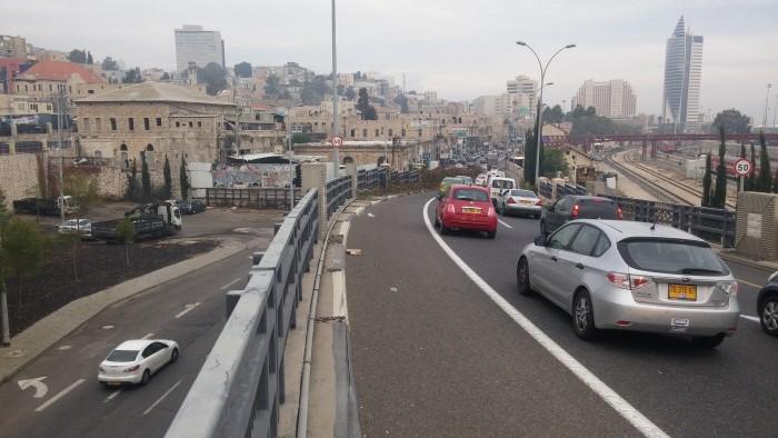 הפקק בכניסה לחיפה (צילום: רמי שלוש)