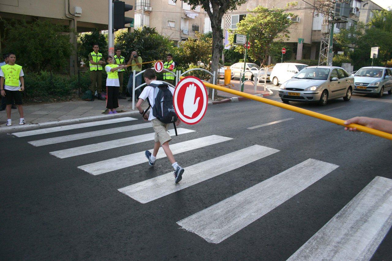 משמרות בטיחות ליד בית ספר (צילום: דן קינן)