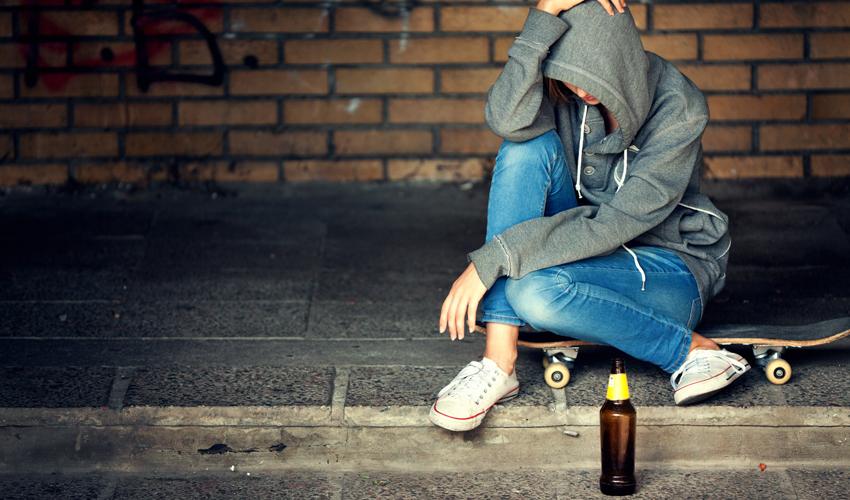 נערה מתבגרת עם בקבוק בירה (צילום: א.ס.א.פ קריאייטיב/INGIMAGE)