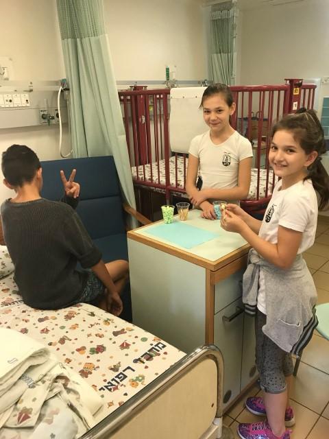 התלמידים בבית החולים (צילום: בית הספר ליאו באק)