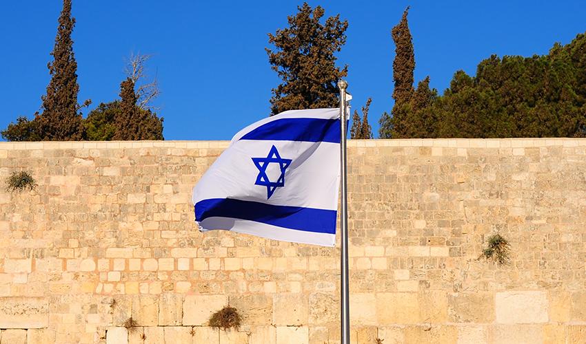 דגל ישראל מתנוסס מעל הכותל המערבי (צילום: צ א.ס.א.פ קריאייטיב/INGIMAGE)