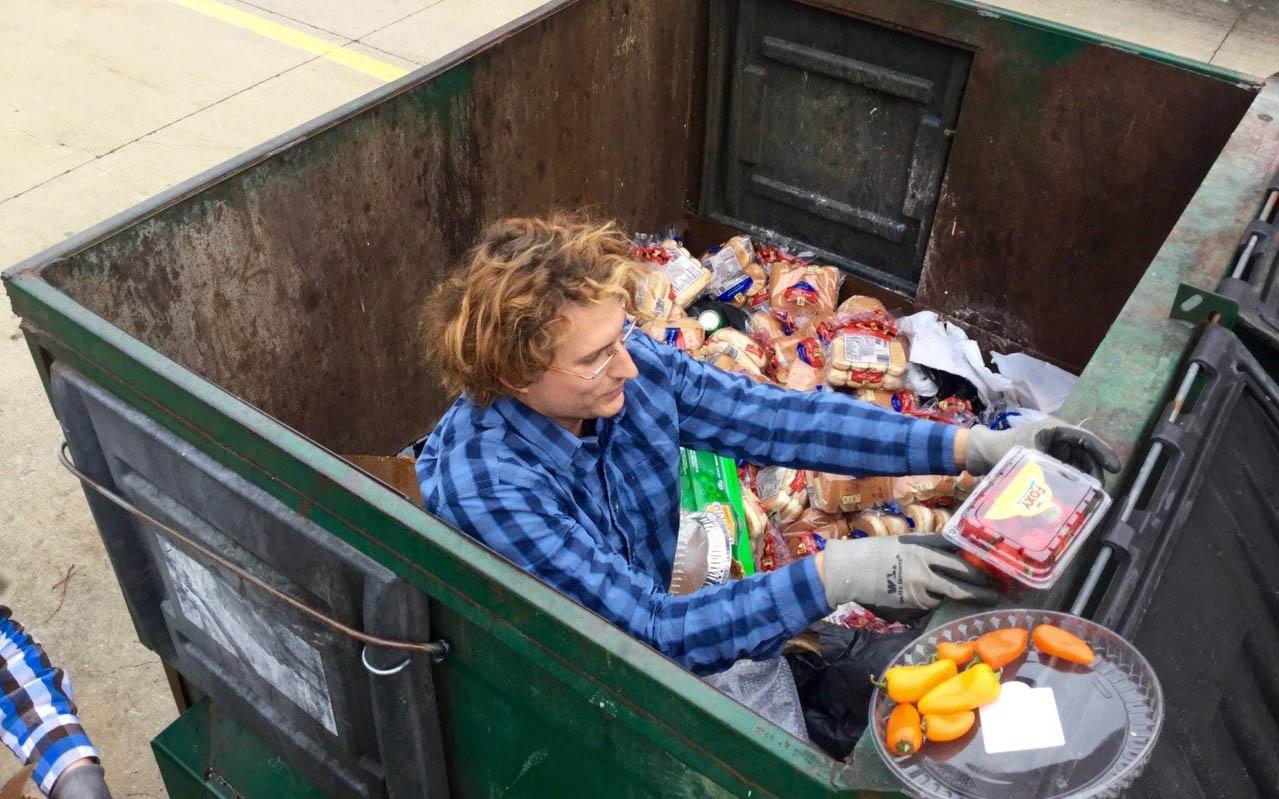 סם טרויר אוסף מזון מהפח (צילום: רוב גרינפלד)