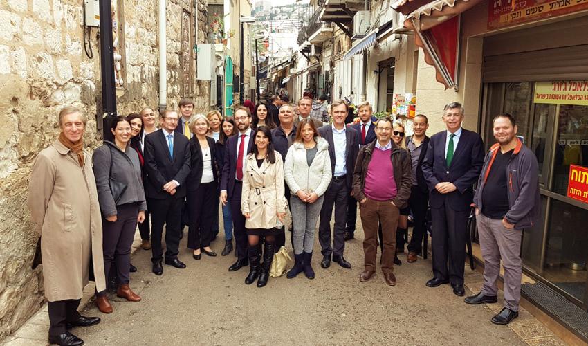 משלחת השגרירים האירופיים בוואדי ניסנאס (צילום: אריאל זנדברג)