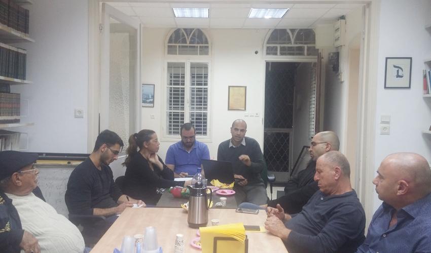 נציגי הוועדים של השכונות הערביות בישיבה ראשונה של הלובי (צילום: העמותה לקדמה חברתית)