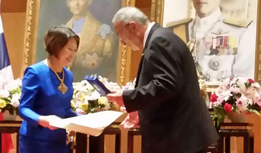 עוד יוסף גילאור מקבל את תואר האבירות משגרירת תאילנד בישראל פנפראפה וונגקוביט (צילום: עופר עמר)
