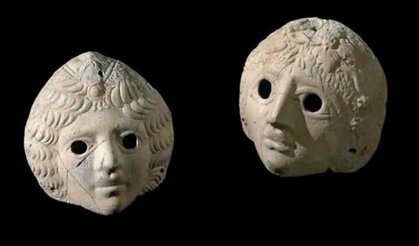 המסכות של דיוניסוס ואריאדנה שהתגלו בחפירות בקסטרא (צילום: קלרה עמית, רשות העתיקות)