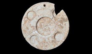 מראת כשפים מאבן גיר אשר מוצגת התצוגה (צילום: יעל יולוביץ', רשות העתיקות)